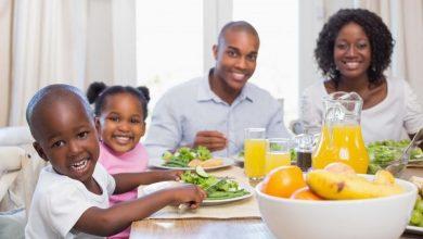 1100_story_family_dinner_together-390x220 افزایش سلامت جسمی و روحی کودکان با غذا خوردن به همراه خانواده سلامت کودک سالم مطالب سلامت   وردنگار