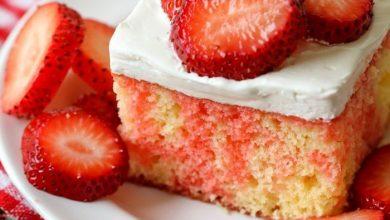 Strawberry-shortcake-poke-cake-390x220 طرز تهیه کیک اسفنجی توت فرنگی ، کیک مناسب بهاری آشپزی کیک ها   وردنگار