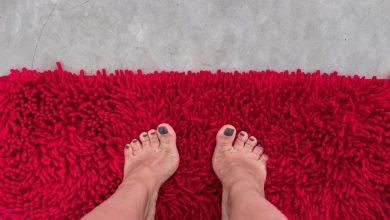 woman-standing-on-a-bath-mat-with-a-possible-swollen-labia1-390x220 چه چیزی موجب تورم لابیا یا لب های واژن می شود؟ سلامت مطالب سلامت   وردنگار