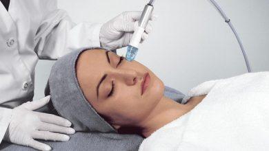 Microdermabrasion-Treatment-390x220 میکرودرم ابریژن پوست چیست؟ از فواید تا هزینه و عوارض خانه مد سلامت سلامت پوست و مو   وردنگار