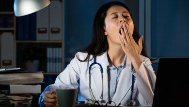 a-female-doctor-working-at-night-390x220 تغییرات شب باعث افزایش خطر ابتلا به سرطان زنان می شود سلامت مطالب سلامت   وردنگار
