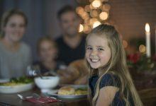 a-happy-child-eating-a-meal-with-her-family-220x150 دلایل کم اشتهایی کودکان چیست؟ بررسی کامل آنها خانه کودک سلامت کودک سالم   وردنگار