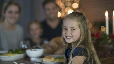 a-happy-child-eating-a-meal-with-her-family-390x220 دلایل کم اشتهایی کودکان چیست؟ بررسی کامل آنها خانه کودک سلامت کودک سالم   وردنگار