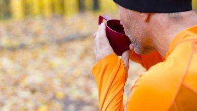a-runner-drinking-coffee-390x220 مصرف منظم نوشابه انرژی زا می تواند عملکرد ورزشی را بدتر کند تمرینات ورزشی و تناسب اندام ورزش   وردنگار