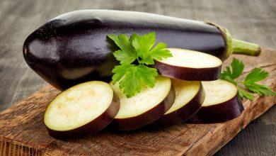 aubergine-cut-on-a-wooden-board-390x220 آلرژی بادمجان و آنچه شما باید بدانید سلامت مطالب سلامت   وردنگار