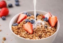bowl-of-fortified-granola-or-muesli-cereal-with-strawberries-and-blueberries-with-soya-plant-milk-being-poured-on-top-220x150 منابع غذایی B-12 برای رژیم غذایی وگان و گیاهخواران آشپزی تغذیه سالم سلامت غذاهای گیاهی   وردنگار