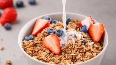 bowl-of-fortified-granola-or-muesli-cereal-with-strawberries-and-blueberries-with-soya-plant-milk-being-poured-on-top-390x220 منابع غذایی B-12 برای رژیم غذایی وگان و گیاهخواران آشپزی تغذیه سالم سلامت غذاهای گیاهی   وردنگار