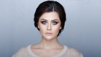 glossy-skin-1513796506-390x220 آرایش جدید صورت در سال 2018 برای خانم های با سلیقه و زیبا آرایش صورت خانه مد   وردنگار