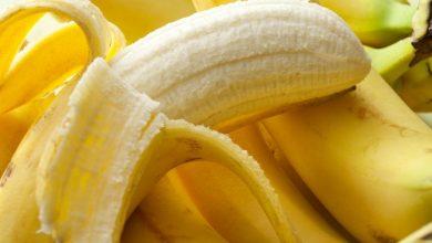 half-peeled-banana-on-top-of-bunch-of-bananas-390x220 علائم آلرژی به موز در نوزادان بیماری های کودک خانه کودک سلامت مطالب سلامت   وردنگار