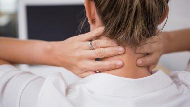 lady-holding-her-neck-in-discomfort-390x220 بدن درد و دلایل آن سلامت مطالب سلامت   وردنگار