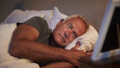 man-dealing-with-insomnia-390x220 بی خوابی و افزایش بیماری کلیوی سلامت مطالب سلامت   وردنگار