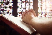 person-praying-220x150 حضور در مجالس مذهبی ممکن است طول عمر را افزایش دهد سبک زندگی مهارت های زندگی   وردنگار