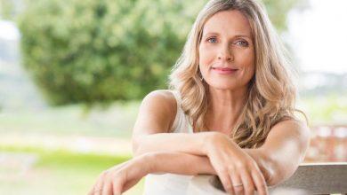 smiling-middle-aged-woman-390x220 چگونگی تشخیص تفاوت علائم بارداری و یائسگی بارداری و زایمان دانستنی های جنسی سبک زندگی سلامت   وردنگار