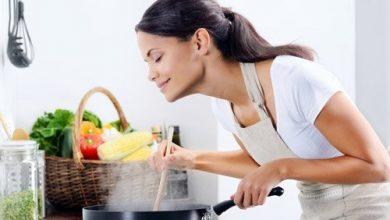 woman-cooking-500-1-390x220 روغن گل یاس: درمانی برای جوش و لکه های آبله مرغان سلامت سلامت پوست و مو طب سنتی و داروهای گیاهی   وردنگار