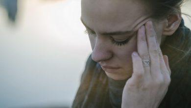 woman-holding-her-head-in-pain-390x220 آزمایش MRI مایع نخاعی برای تشخیص میگرن سلامت مطالب سلامت   وردنگار