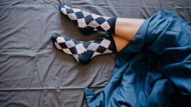 woman-s-feet-coming-out-of-sheets-390x220 سندرم پای بی قرار ممکن است خطر مرگ قلبی عروقی را افزایش دهد سلامت مطالب سلامت   وردنگار